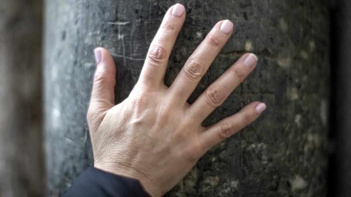 piros folt a jobb kéz középső ujján