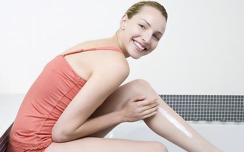 szoláriumban pikkelysömörrel kezelhet vörös foltok jelennek meg a lábakon a melegben